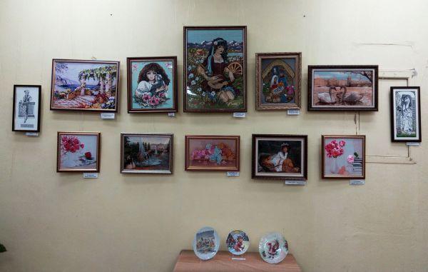 Выставка рукоделия и прикладного творчества клуба народных умельцев «Золотые руки» ДК «НЭВЗ».